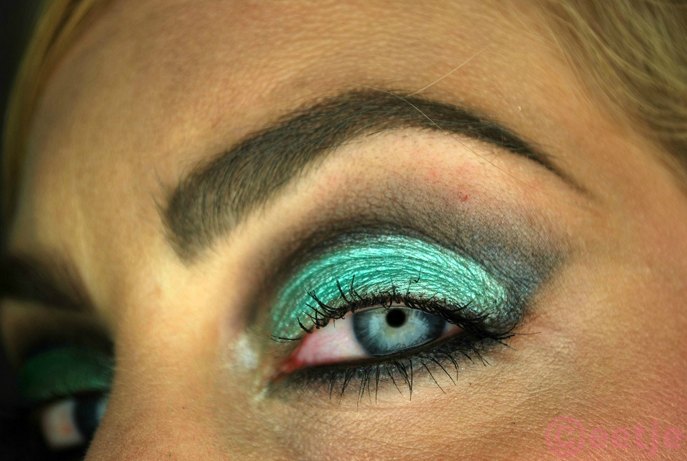 mint green smokey eyes smudge